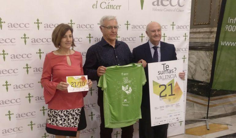 Maite Girau (concejala de Deportes) y Joan Ribó (alcalde de València) junto a Tomás Trénor (presidente de la Asociación Española Contra el Cáncer en la Comunitat Valenciana) durante la presentación de la Carrera contra el cáncer