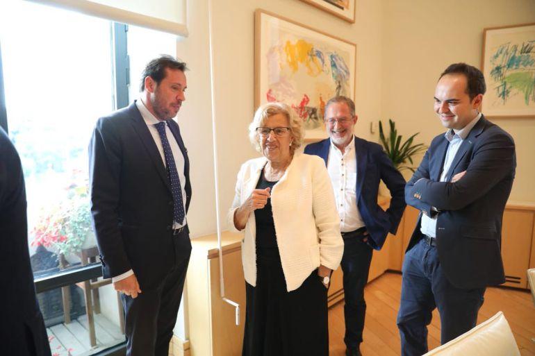 Óscar Puente, junto a Manuel Saravia, en Madrid, en la firma del convenio con la alcaldesa, Manuela Carmena