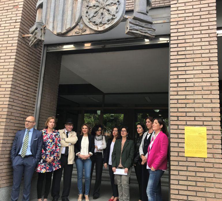 Los Letrados de la Administración de Justicia a las puertas del Palacio de Justicia de Ponferrada