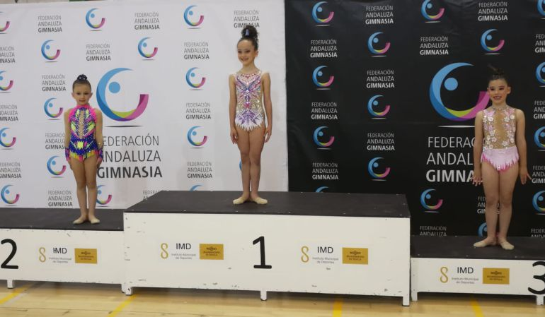 Zaira Guerrero, en la segunda posición del podium, durante la entrega de medallas.
