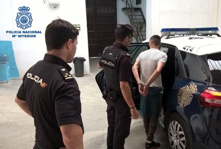 Momento de la detención del presunto ladrón a manos de agentes de la Policía Nacional de Jerez