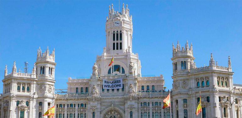"""El Gobierno municipal tiene desplegada desde septiembre de 2015 una pancarta con la leyenda """"Refugees Welcome"""" -""""Refugiados, bienvenidos""""- para expresar la solidaridad de Madrid con la dramática situación de los refugiados"""