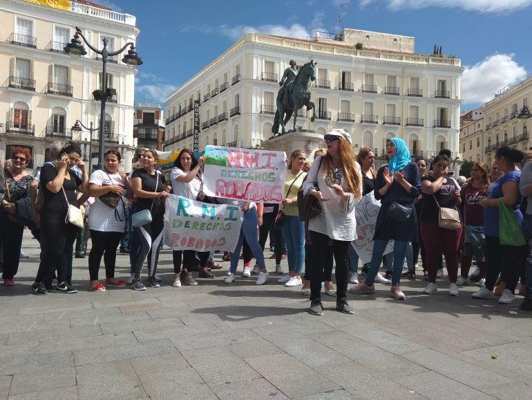 Concentración de familias afectadas por la suspensión y retirada de la RMI, ante la Puerta del Sol.