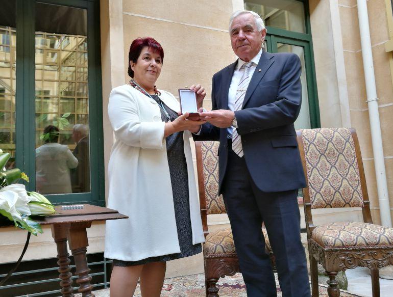 La alcaldesa Clara Luquero hace entrega de la medalla de oro de la ciudad a Mariano de Frutos presidente de la Hermandad de donantes de Sangre