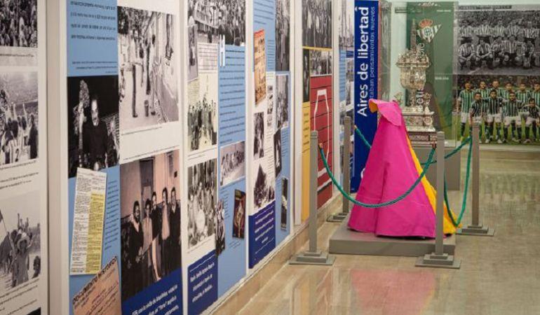 El capote de Curro Romero ocupó un lugar destacado en la Exposición del 90 aniversario de Radio Sevilla