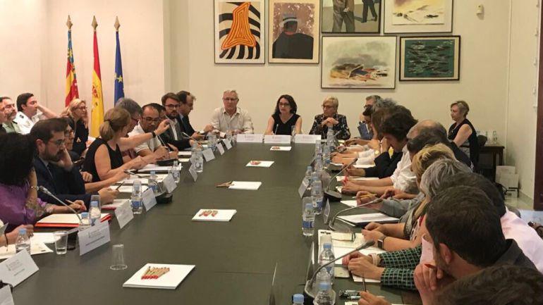 La vicepresidenta Mónica Oltra preside la reunión de la Comisión mixta de Atención y Acogida a personas desplazadas y refugiadas con todas las personas y entidades implicadas en el rescate del 'Aquarius'