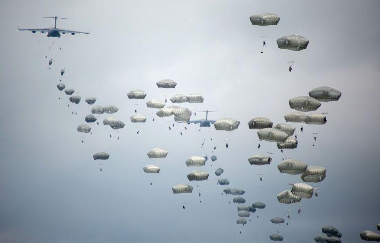 """Militares de la brigada """"Almogávares VI"""" de Paracaidistas y un batallón de la 173 Brigada Paracaidista de la Armada de Estados Unidos destacada en Vicenza, Italia, realizan un salto desde aviones C-17 Globemaster III del ejército estadounidense durante el ejercicio """"Saber Strike West"""""""