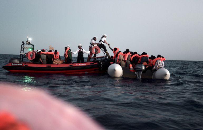Fotografía facilitada por SOS Mediterranee, del rescate en alta mar de parte de los 629 inmigrantes trasladados al barco 'Aquarius'