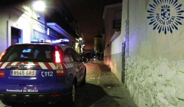 Un vehículo policial patrullando las calles