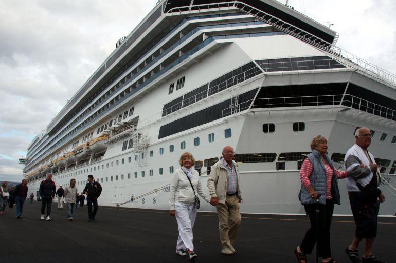 Passatgers del creuer Costa Magica, atracat al port de Palamós.