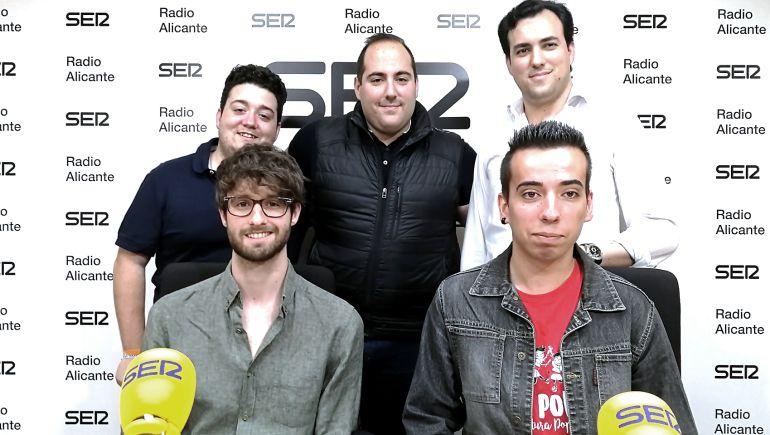 Sentados: Carles Llobregat (Compromís) y Joan Gil (Guanyar Alacant). De pie (izq→dcha): Fernando Riera (Ciudadanos), Pedro Ródenas (PSOE) y Rafael Ramos (PP)