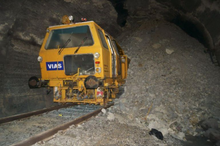 Una maquina bateadora está atrapada en el interior del túnel de Somosierra desde su derrumbe en 2011