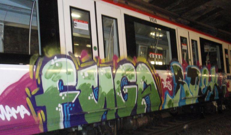 El metro de Barcelona pateix dos atacs de grafiters al dia