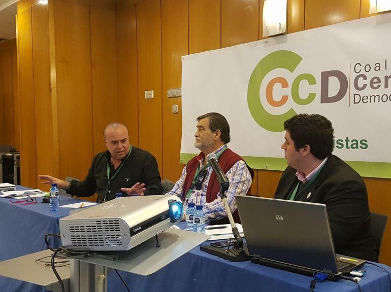 Pedro Gozalbo en el centro de la imagen. A su derecha Carlos Laguna y a la izquierda, el alcalde de Nules, David Garcia