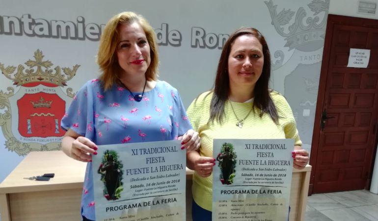La delegada de Pedanías, Mª Paz Aguilar y la alcaldesa pedánea, Romina Ordóñez, en la presentación del programa de actividades.