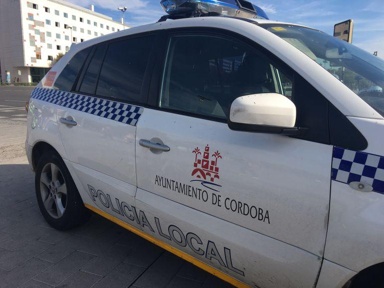 Un coche de la policía local de Córdoba en una imagen de archivo