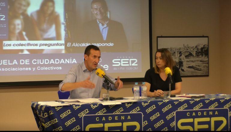 El alcalde de Elche Carlos González respondiendo a preguntas en el programa Escuela de Ciudadanía