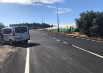 Un vecino pinta la línea contínua de una carretera en Lepe para acceder a su finca