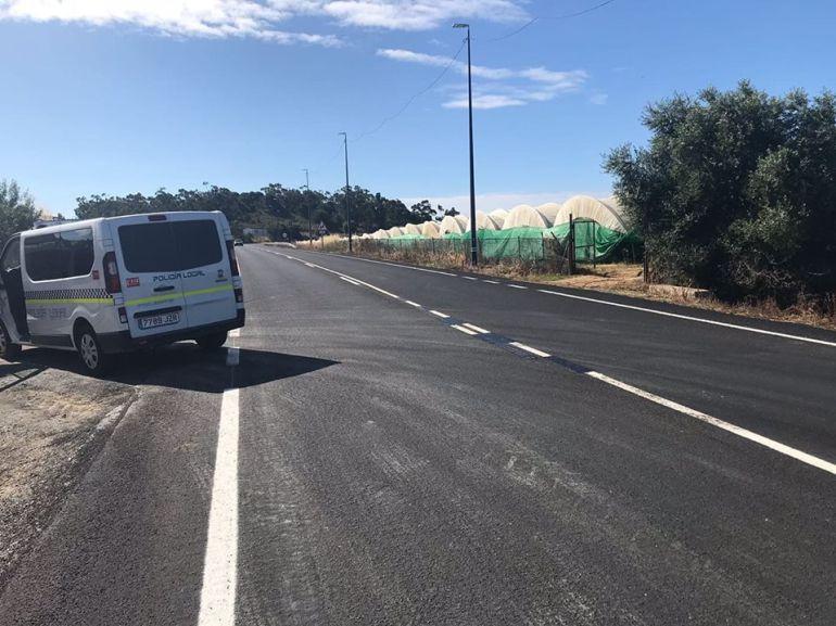 Un vecino pinta la línea continua de una carretera en Lepe para acceder a su finca