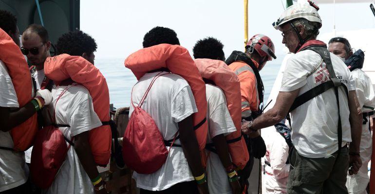 Varios refugiados del barco Aquarius.