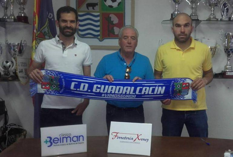 Luis Castillo y Diego Galiano junto al presidente del club Manolo Jiménez