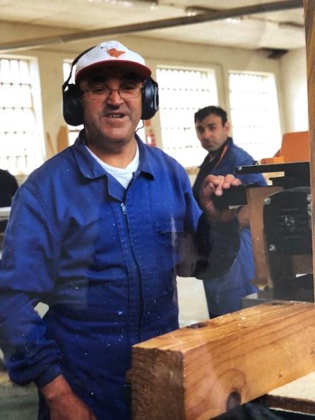 El taller de madera a pleno rendimimiento con Enedino, uno de los veteranos, en primera fila