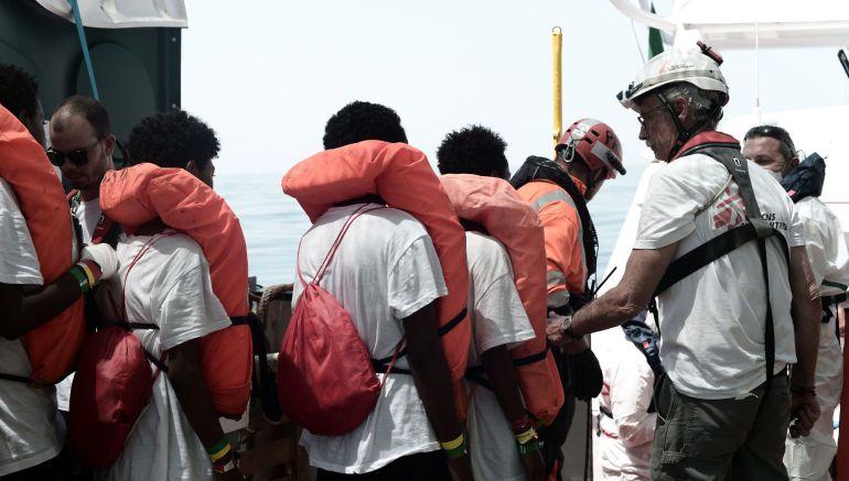 """Fotografía cedida por la ONG """"SOS Mediterranee"""" que muestra a varios de los 629 inmigrantes rescatados a bordo del barco """"Aquarius"""" en el Méditerráneo"""