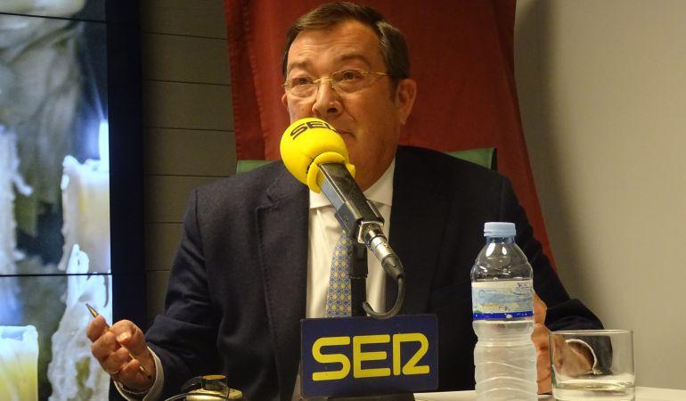 Joaquín Sainz de la Maza, ante los micrófonos de Radio Sevilla