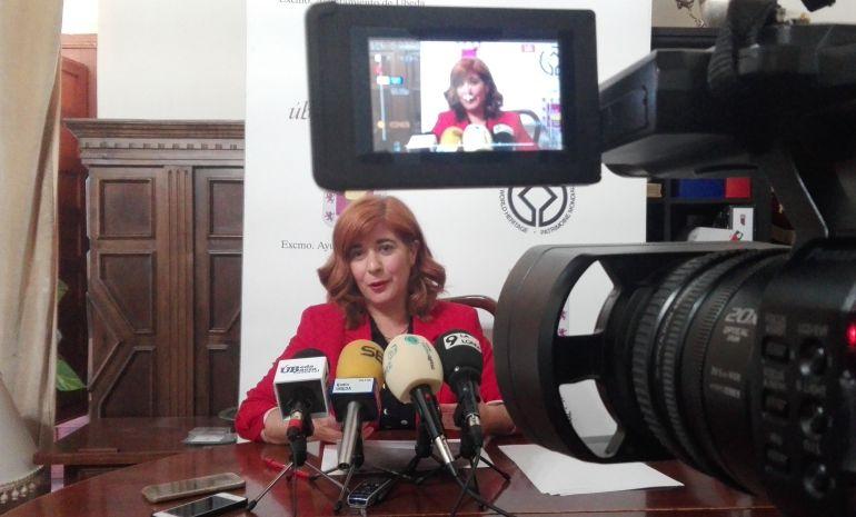 La alcaldesa de Úbeda, Toni Olivares, en rueda de prensa.