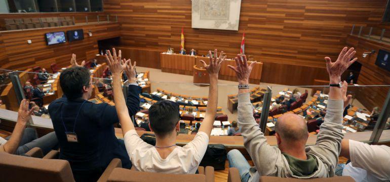 Miembros del colectivo LGTB, celebran la aprobación de la Ley de Igualdad Social de la Diversidad Sexual y de Género, y de Políticas Públicas contra la discriminación por orientación sexual e identidad de género de la Comunidad, que promovieron el resto de grupos de la oposición