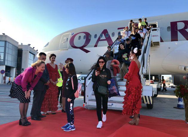 Los responsables de Qatar Airlines y del Aeropuerto de Málaga reciben a los pasajeros del vuelo en las escalinetas de la aeronave