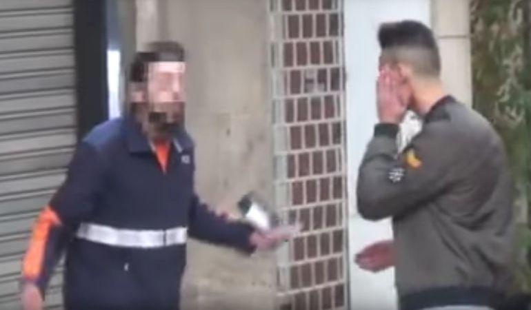 """Fotograma del vídeo que colgó de su  agresión el youtuber MrGranBomba, por parte del repartidor al que llamó """"cara anchoa""""."""
