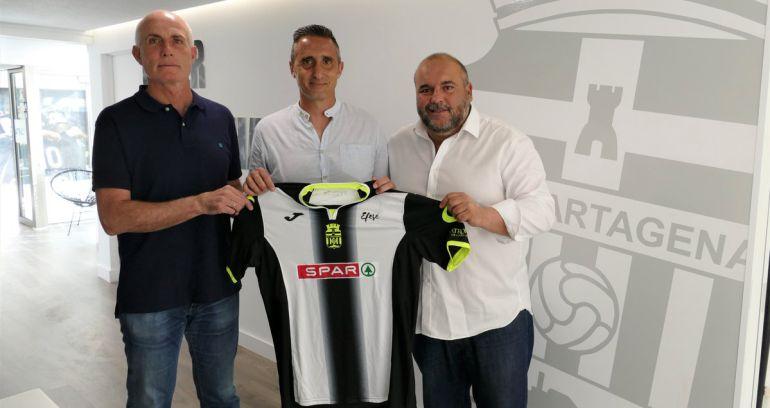 Juan Lillo, en el centro, acompañado del mánager general del club, Manolo Sánchez Breis, y el responsable de la cantera, Paco Sánchez