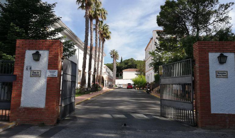 Puertas de acceso a la Residencia de Ancianos de las Hermanitas de los Pobres en Avenida Poeta Rilke.