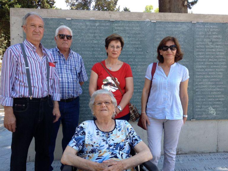 María Inés Raya y sus familiares con Natividad Córdoba, dos familias que reclaman la exhumación de las fosas de los cementerios de Córdoba para que les devuelvan a sus familiares y puedan darles sepultura