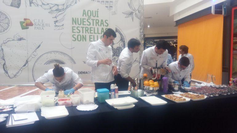 Alumnos de FP Básica Adaptada de Restaurante y Bar del C.E.E Raquel Payá de Dénia preparando el desayuno.