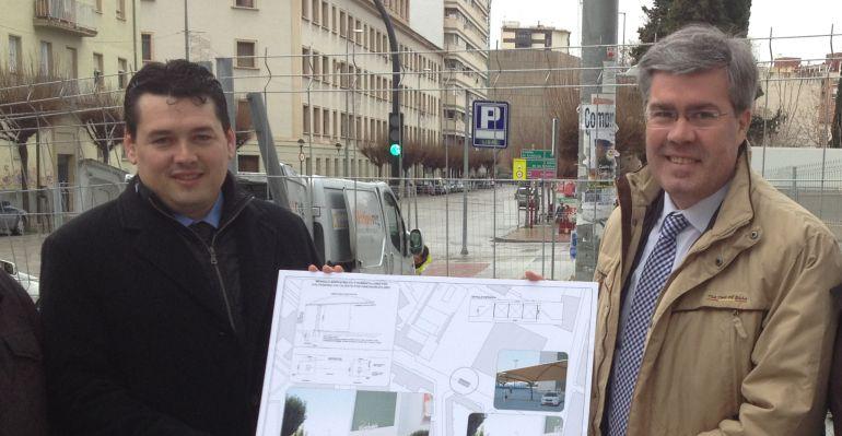 Luis Gregorio González, responsable de Matinsreg y presidente de la compañía LEDsoleil, posa junto a José Enrique Fernández de Moya con el proyecto de marquesinas de la Avenida Virgen de la Cabeza en enero de 2013.