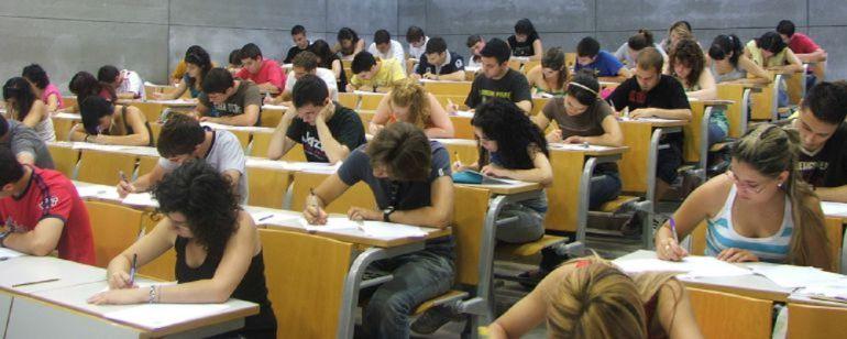 Alumnos haciendo la prueba de la EBAU