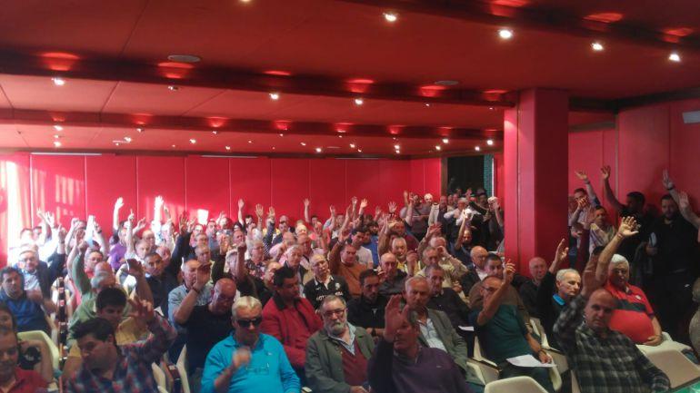 Los socios gimnástico votan en la asamblea de ayer