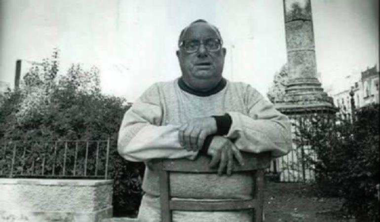 Inconfundible imagen de Paco Palacios 'El Pali' ante las columnas de La Alameda