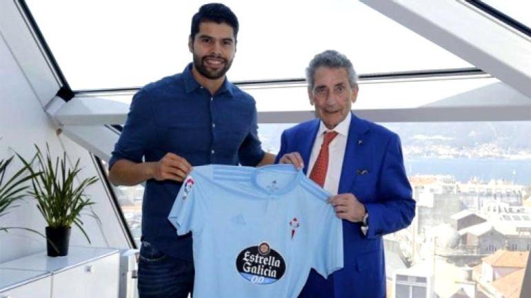 Néstor Araújo junto al presidente del Celta Carlos Mouriño