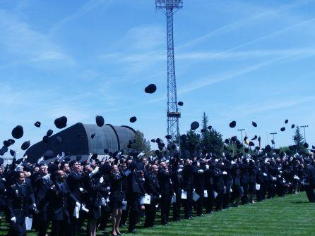Los agentes lanzan sus gorras, después de romper filas