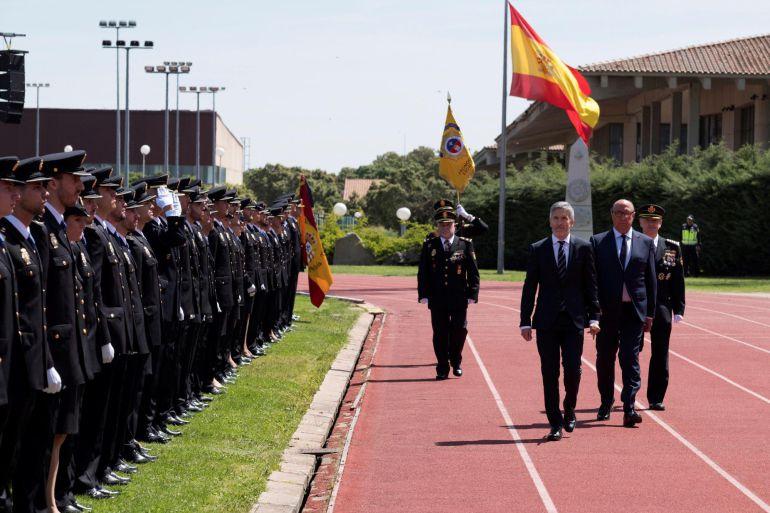 El ministro del Interior, Fernando Grande-Marlaska (3d), acompañado por el director general de la Policía, Germán López (2d), durante el acto de jura del cargo de la XXXII Promoción de la Escala Básica de la Policía Nacional