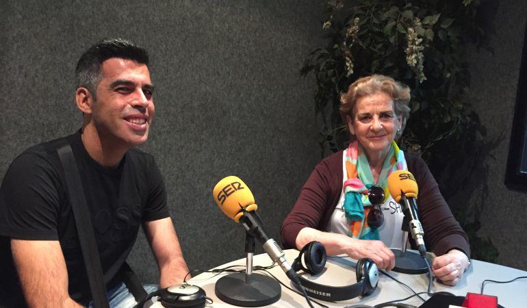 Roberto junto a su madre Lola durante la entrevista