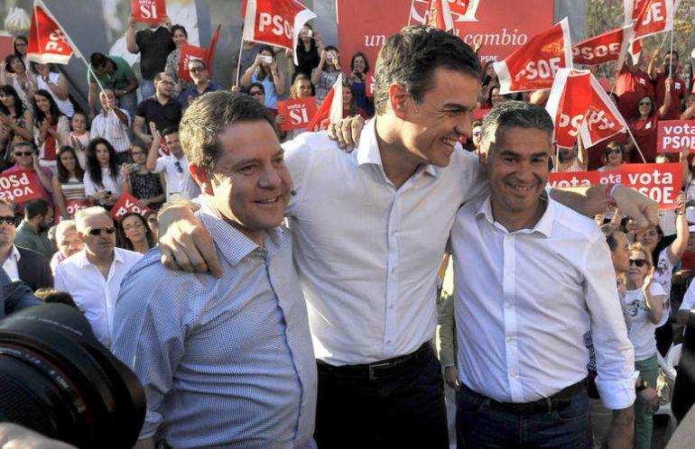 Manuel González Ramos con Pedro Sánchez y Emiliano García-Page en un mitin celebrado el 22 de junio de 2016 durante la campaña de las pasadas elecciones generales