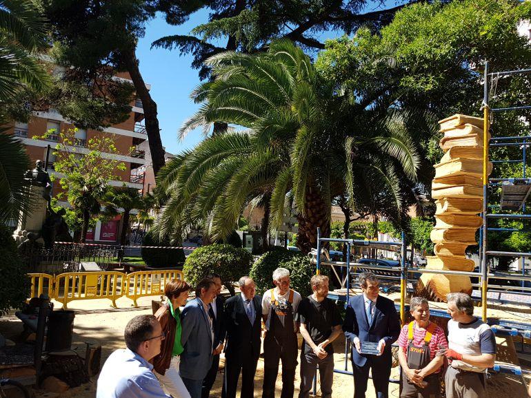 Visita a la escultura homenaje a los maestros
