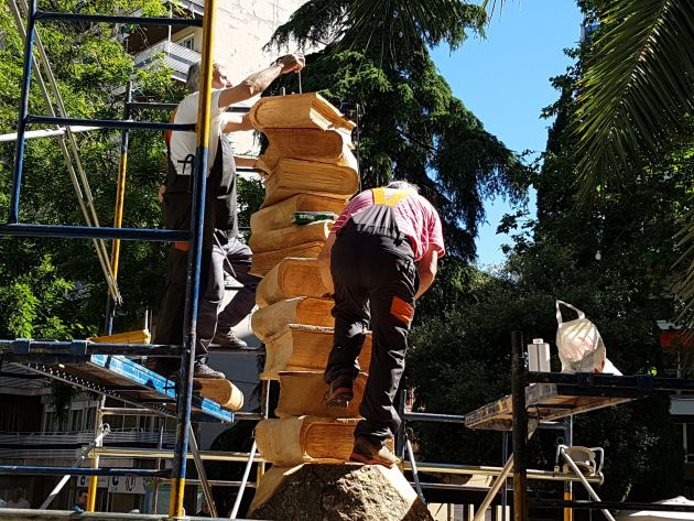 Escultores de Guadalajara modelan un pino seco de 118 años para realizar una escultura homenaje a los profesores: La madera de un árbol de 118 años rinde homenaje a los maestros en Guadalajara