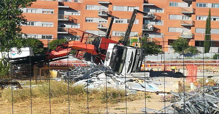 Camión pluma volcado en las obras de ampliación de un colegio público