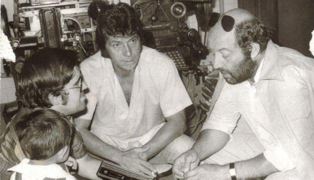 José Vicente Ávila (izq.) entrevista a Sancho Gracia (c) y a Álvaro de Luna (d) en las dependencias de 'Diario de Cuenca' en 1978.