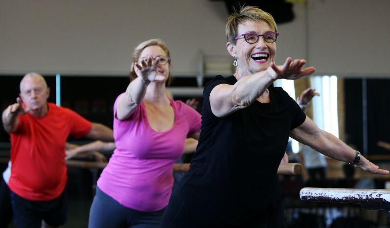 Mayores practicando ejercicio